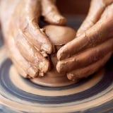 Χέρια που λειτουργούν στη ρόδα αγγειοπλαστικής Στοκ φωτογραφίες με δικαίωμα ελεύθερης χρήσης