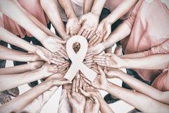 Χέρια που ενώνονται στο σύμβολο προσπάθειας καρκίνου του μαστού εκμετάλλευσης κύκλων Στοκ φωτογραφία με δικαίωμα ελεύθερης χρήσης