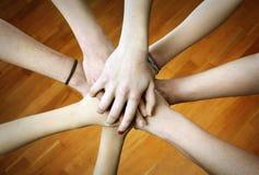 χέρια που ενώνονται Στοκ Εικόνες