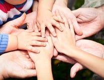 χέρια που ενώνονται Στοκ Φωτογραφίες