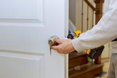 Χέρια που επισκευάζουν μια κλειδαριά πορτών με ένα κατσαβίδι στοκ φωτογραφία με δικαίωμα ελεύθερης χρήσης