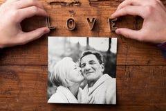 Χέρια που δημιουργούν το σημάδι αγάπης Εικόνα του ανώτερου ζεύγους Πυροβολισμός στούντιο, Στοκ Εικόνες