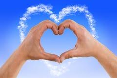 Χέρια που διαμορφώνουν το σύννεφο καρδιών στοκ φωτογραφία με δικαίωμα ελεύθερης χρήσης