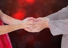 Χέρια που διατηρούν τη συνοχή με το λαμπιρίζοντας ελαφρύ υπόβαθρο bokeh Στοκ εικόνα με δικαίωμα ελεύθερης χρήσης