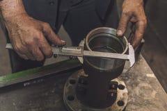Χέρια που κάνουν μια μέτρηση με τους παχυμετρικούς διαβήτες Στοκ Φωτογραφίες