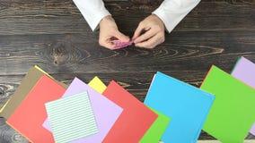Χέρια που κάνουν τον αριθμό origami, τοπ άποψη φιλμ μικρού μήκους