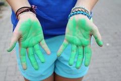Χέρια που καλύπτονται με το χρώμα Στοκ Εικόνες