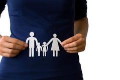 Χέρια που κρατούν μια οικογένεια αλυσίδων εγγράφου Στοκ Εικόνες