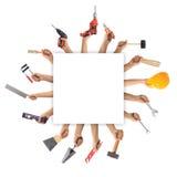 Χέρια που κρατούν τα εργαλεία στο άσπρο υπόβαθρο Στοκ Εικόνες
