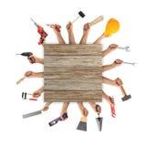 Χέρια που κρατούν τα εργαλεία στο άσπρο υπόβαθρο Στοκ Φωτογραφία