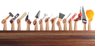 Χέρια που κρατούν τα εργαλεία στο άσπρο υπόβαθρο Στοκ φωτογραφία με δικαίωμα ελεύθερης χρήσης