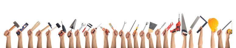 Χέρια που κρατούν τα εργαλεία στο άσπρο υπόβαθρο Στοκ εικόνες με δικαίωμα ελεύθερης χρήσης