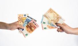 Χέρια που κρατούν τα ευρο- μετρητά τραπεζογραμματίων λογαριασμών χρημάτων Στοκ εικόνες με δικαίωμα ελεύθερης χρήσης