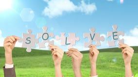 Χέρια που κρατούν τα κομμάτια γρίφων απόθεμα βίντεο