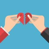 Χέρια που κρατούν τα μισά καρδιών ελεύθερη απεικόνιση δικαιώματος