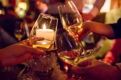 Χέρια που κρατούν τα ποτήρια της σαμπάνιας Στοκ εικόνα με δικαίωμα ελεύθερης χρήσης