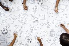 Χέρια που κρατούν τα χρωματισμένα μολύβια χρωματίζοντας σε χαρτί σχεδίων τέχνης Στοκ Εικόνες