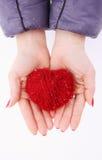 Χέρια που κρατούν την καρδιά στοκ εικόνες με δικαίωμα ελεύθερης χρήσης