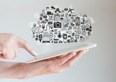 Χέρια που κρατούν την ταμπλέτα με τον υπολογισμό σύννεφων και την έννοια κινητικότητας Στοκ Εικόνα