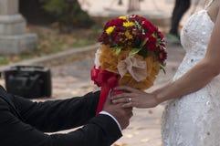χέρια που κρατούν τη γυναίκα ανδρών Στοκ φωτογραφίες με δικαίωμα ελεύθερης χρήσης