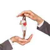 Χέρια που κρατούν τη γυναίκα Στοκ φωτογραφία με δικαίωμα ελεύθερης χρήσης