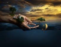 Χέρια που κρατούν τη ζωή Στοκ φωτογραφία με δικαίωμα ελεύθερης χρήσης