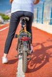 Χέρια που κρατούν τη λαβή ποδηλάτων στοκ φωτογραφίες με δικαίωμα ελεύθερης χρήσης