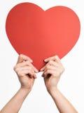 Χέρια που κρατούν τη μορφή καρδιών Στοκ φωτογραφία με δικαίωμα ελεύθερης χρήσης
