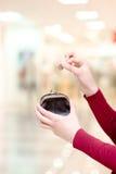 Χέρια που κρατούν τη σακούλα νομισμάτων και χρημάτων στη λεωφόρο στοκ φωτογραφία με δικαίωμα ελεύθερης χρήσης