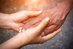 χέρια που κρατούν τις ανώτ&epsil Στοκ Εικόνα
