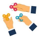 Χέρια που κρατούν τον γκρίζο fidget κλώστη Στοκ εικόνες με δικαίωμα ελεύθερης χρήσης