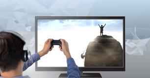 Χέρια που κρατούν τον ελεγκτή τυχερού παιχνιδιού με τους ορειβάτες στην τηλεόραση Στοκ Εικόνες
