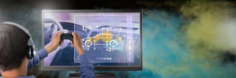 Χέρια που κρατούν τον ελεγκτή τυχερού παιχνιδιού με το παιχνίδι αυτοκινήτων στην τηλεόραση Στοκ εικόνα με δικαίωμα ελεύθερης χρήσης