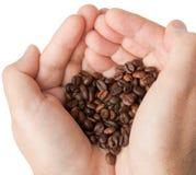 Χέρια που κρατούν τον καφέ που κατασκευάζει την καρδιά από Στοκ Εικόνα