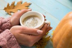 Χέρια που κρατούν τον καφέ φλυτζανιών Στοκ Φωτογραφίες