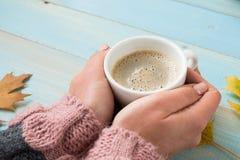 Χέρια που κρατούν τον καφέ φλυτζανιών Στοκ εικόνα με δικαίωμα ελεύθερης χρήσης