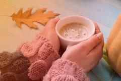 Χέρια που κρατούν τον καφέ φλυτζανιών Στοκ Εικόνες