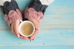 Χέρια που κρατούν τον καφέ φλυτζανιών Στοκ Εικόνα