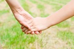 χέρια που κρατούν τους αν
