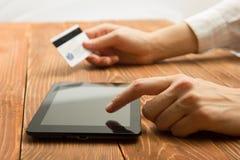 Χέρια που κρατούν τους αριθμούς δακτυλογράφησης πιστωτικών καρτών στην ταμπλέτα Στοκ φωτογραφίες με δικαίωμα ελεύθερης χρήσης