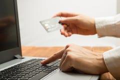 Χέρια που κρατούν τους αριθμούς δακτυλογράφησης πιστωτικών καρτών στην ταμπλέτα Στοκ Εικόνες