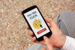 Χέρια που κρατούν το έξυπνο τηλέφωνο με την αμοιβή ανά έννοια κρότου στην οθόνη στοκ εικόνες με δικαίωμα ελεύθερης χρήσης