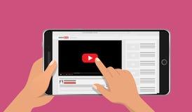 Χέρια που κρατούν το έξυπνο τηλεφωνικό πρότυπο με τη σε απευθείας σύνδεση τηλεοπτική οθόνη blog Έννοια Vlog επίσης corel σύρετε τ Στοκ Φωτογραφία