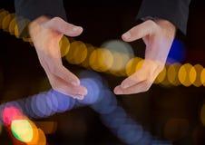 Χέρια που κρατούν το αόρατο διάστημα με το λαμπιρίζοντας ελαφρύ υπόβαθρο bokeh Στοκ φωτογραφίες με δικαίωμα ελεύθερης χρήσης