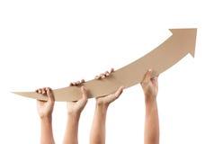 Χέρια που κρατούν το βέλος δείχνοντας προς τα πάνω Στοκ Εικόνα