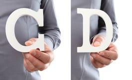 Χέρια που κρατούν το γράμμα Γ και Δ από το αλφάβητο που απομονώνεται σε ένα άσπρο β Στοκ φωτογραφίες με δικαίωμα ελεύθερης χρήσης