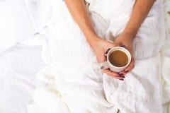 Χέρια που κρατούν το καυτό φλιτζάνι του καφέ Στοκ εικόνα με δικαίωμα ελεύθερης χρήσης