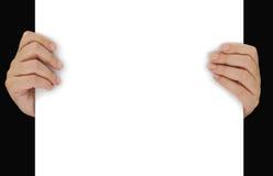 Χέρια που κρατούν το κενό έγγραφο στοκ φωτογραφία
