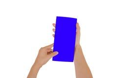 Χέρια που κρατούν το κενό μπλε βιβλιάριο φυλλάδιων στο χέρι Φυλλάδιο π στοκ φωτογραφία με δικαίωμα ελεύθερης χρήσης