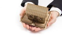 Χέρια που κρατούν το μικρό πρότυπο του σπιτιού κτήμα έννοιας πραγματικό Στοκ φωτογραφία με δικαίωμα ελεύθερης χρήσης